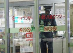施設の巡回警備に向かう警備員